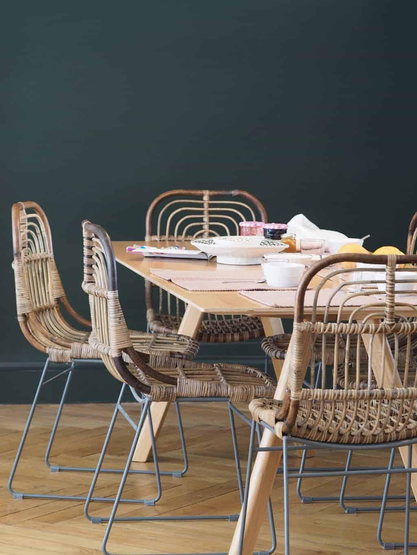 Une chaise assise devant une table - Osier