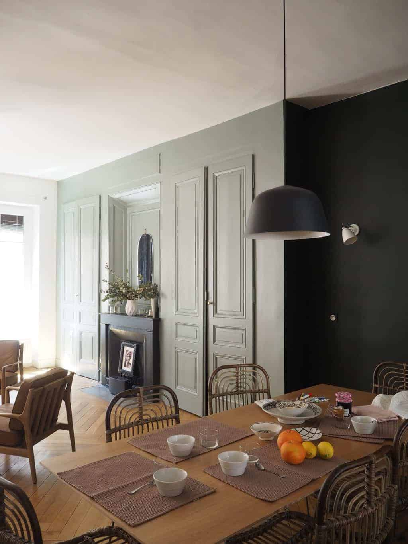 Un salon rempli de meubles et une table - Services de design d'intérieur