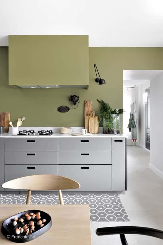 Une cuisine avec beaucoup de meubles - Cuisine