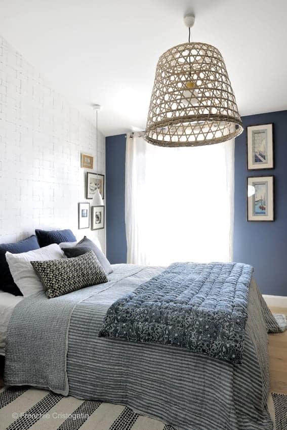 Une chambre avec un lit dans une chambre - agréable