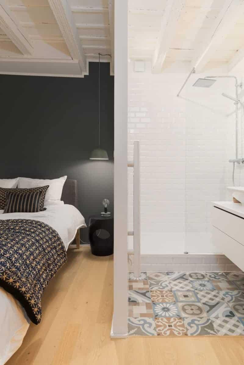 Une chambre avec un lit et un miroir - Sol