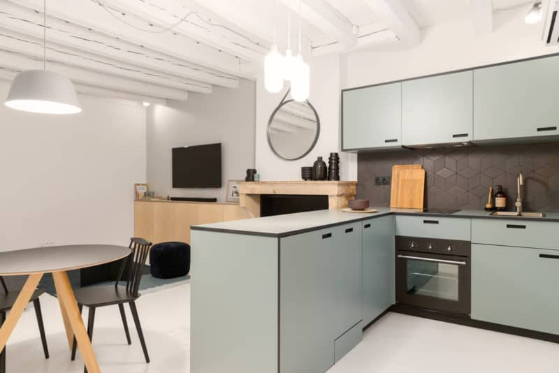 Une cuisine avec une table dans une pièce - Services de design d'intérieur