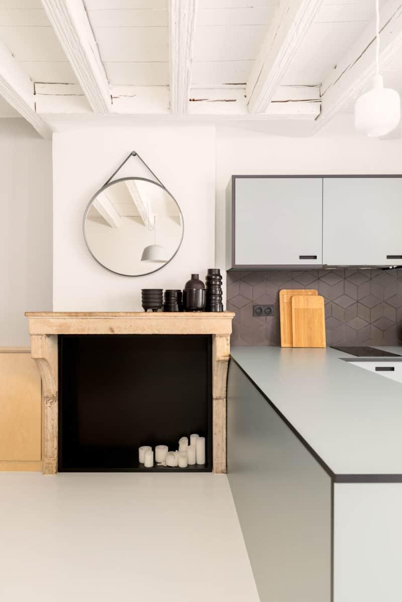 Une cuisine avec un évier et un miroir - agréable