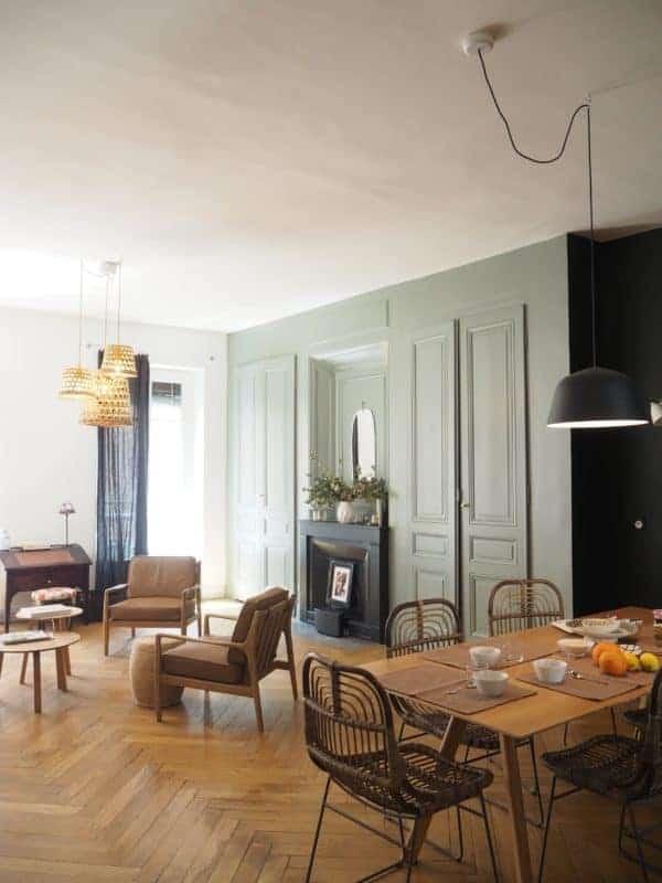 PRESTATIONS - Un salon rempli de meubles et une table - Services de design d'intérieur