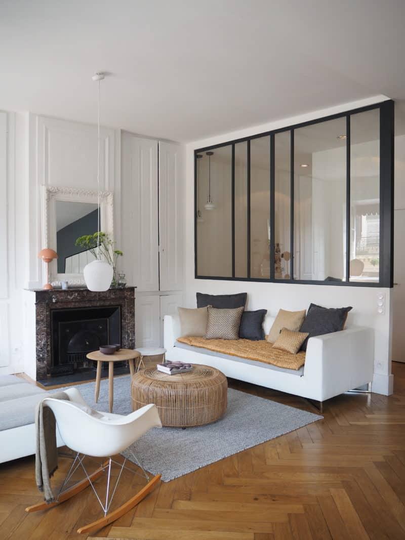 GÉRALDINE & GRÉGORY - Un salon rempli de meubles et une grande fenêtre - Services de design d'intérieur