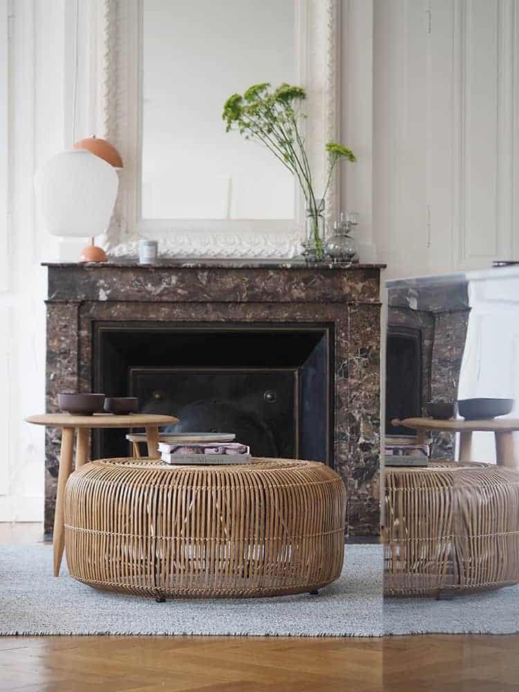 GÉRALDINE & GRÉGORY - Un salon rempli de meubles et une cheminée assise sur une chaise - Table basse