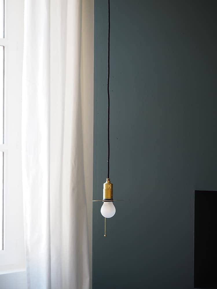 GÉRALDINE & GRÉGORY - Une lampe à côté d'une fenêtre - Bougeoir