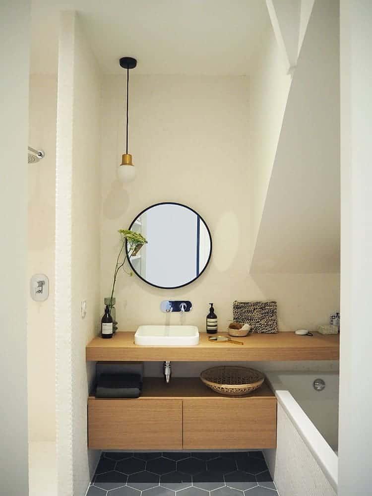 GÉRALDINE & GRÉGORY - Une chambre avec un lavabo et un miroir - Services de design d'intérieur