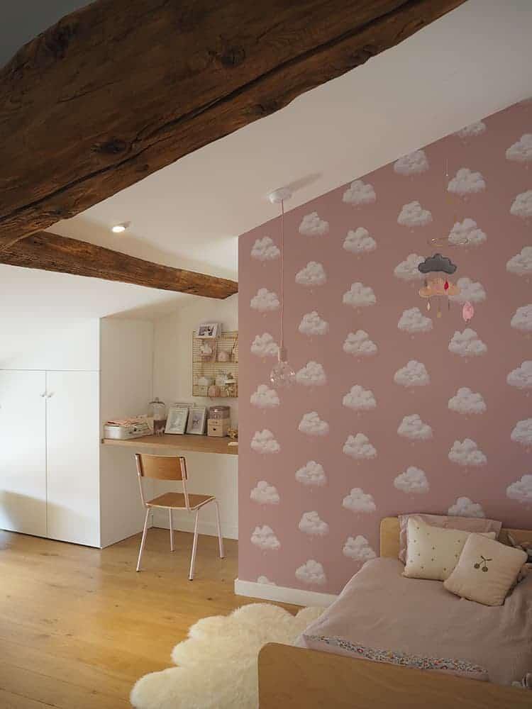 GÉRALDINE & GRÉGORY - Une chambre avec un lit et une table dans une chambre - Services de design d'intérieur