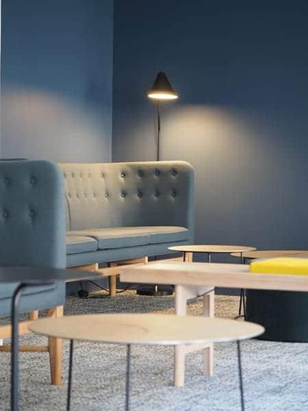EVOLEM - Un bureau avec une chaise dans une chambre - Table basse
