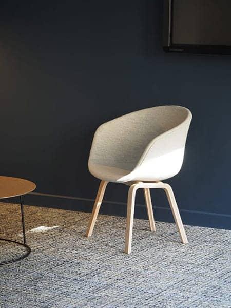 EVOLEM - Une chaise assise devant une table en bois - La conception des produits