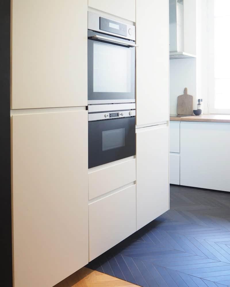 Lucie & Yohann - Un réfrigérateur blanc congélateur assis à l'intérieur d'une cuisine - Réfrigérateur