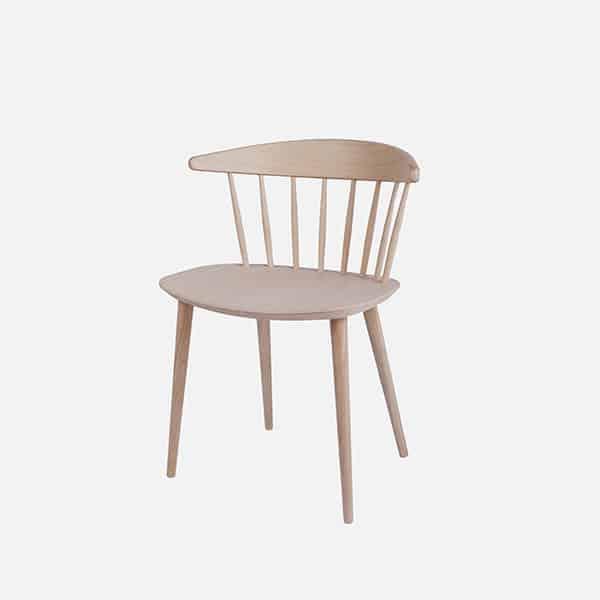 Chaise J104 - Une table qui a des meubles - Table