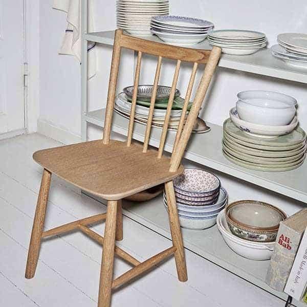 Chaise J41 - Une table en bois - chaise